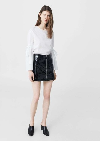 Comment porter un chemisier: Pense à opter pour un chemisier et une minijupe en cuir noire pour achever un look chic. Jouez la carte classique pour les chaussures et assortis cette tenue avec une paire de des mules en cuir noires.