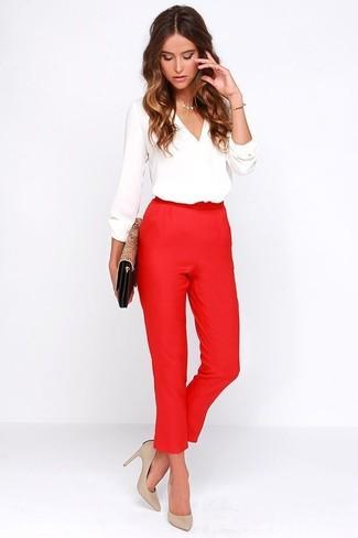 Comment porter des escarpins en cuir beiges: Porte un chemisier à manches longues blanc et un pantalon carotte rouge pour créer un look chic et décontracté. Une paire de des escarpins en cuir beiges s'intégrera de manière fluide à une grande variété de tenues.
