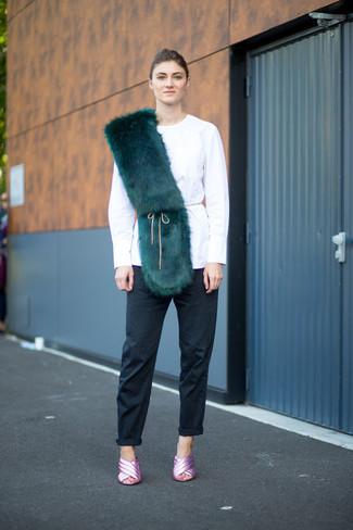 Comment porter: chemisier à manches longues blanc, pantalon chino noir, sandales à talons en cuir roses, écharpe en fourrure vert foncé
