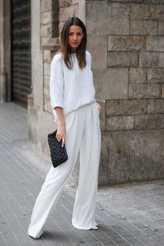 Associer un chemisier à manches longues en lin blanc et une pochette en cuir matelassée noire créera un look pointu et élégant. Une paire de des escarpins en cuir blancs est une option astucieux pour complèter cette tenue.
