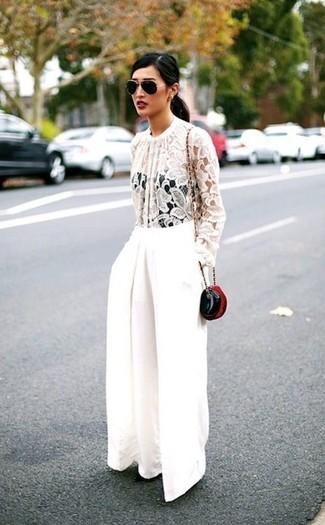 Comment porter: chemisier à manches longues en dentelle blanc, pantalon large blanc, sac bandoulière en cuir noir, lunettes de soleil noir et doré