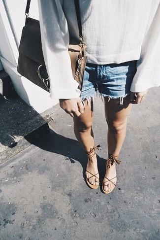 Comment porter: chemisier à manches longues en lin blanc, short en denim bleu clair, sandales spartiates en cuir marron, sac bandoulière en cuir marron clair