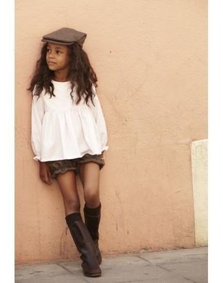 Comment porter: chemisier à manches longues blanc, short marron, bottes en cuir marron foncé