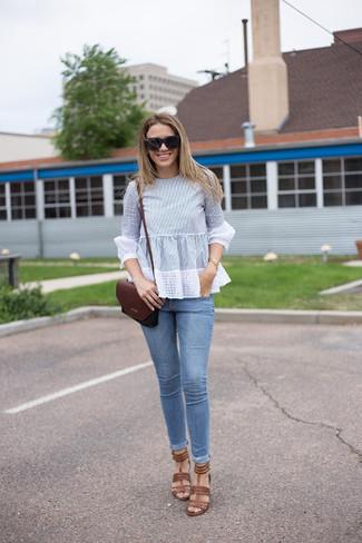 Comment porter: chemisier à manches longues bleu clair, jean skinny bleu clair, sandales à talons en cuir marron, sac bandoulière en cuir bordeaux