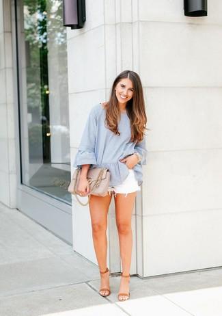 Comment porter: chemisier à manches longues à rayures verticales bleu clair, short en denim blanc, sandales à talons en cuir marron clair, cartable en cuir matelassé beige