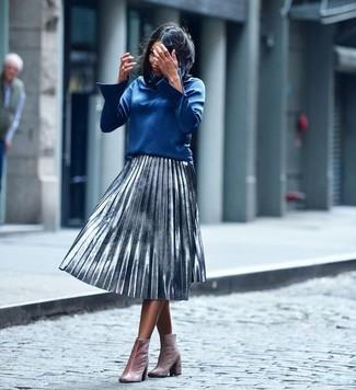 Comment porter: chemisier à manches longues bleu, jupe mi-longue plissée argentée, bottines en velours roses