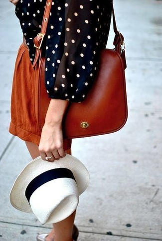 Comment porter: chemisier à manches longues á pois bleu marine et blanc, short tabac, sac bandoulière en cuir tabac, chapeau de paille blanc et noir