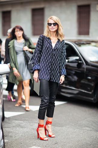 Comment porter: chemisier à manches longues à losanges bleu marine, jean skinny en cuir noir, sandales à talons en cuir rouges, sac fourre-tout en cuir noir