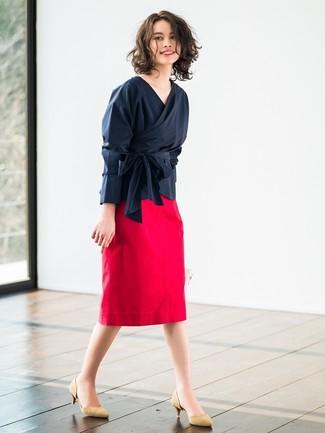 Comment porter des escarpins en daim marron clair: Essaie d'harmoniser un chemisier à manches longues bleu marine avec une jupe crayon rouge pour prendre un verre après le travail. Une paire de des escarpins en daim marron clair est une option parfait pour complèter cette tenue.