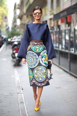 Comment porter un chemisier à manches longues en satin bleu marine: Associe un chemisier à manches longues en satin bleu marine avec une jupe mi-longue imprimée bleu marine pour achever un style chic et glamour. Une paire de des escarpins en cuir jaunes est une option génial pour complèter cette tenue.