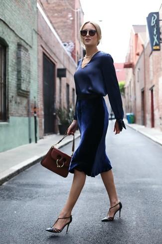 Comment porter: chemisier à manches longues en satin bleu marine, jupe mi-longue en velours bleu marine, escarpins en cuir noirs, cartable en cuir bordeaux