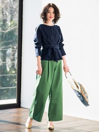 Comment porter des escarpins en daim marron clair: Essaie d'associer un chemisier à manches longues bleu marine avec un pantalon large vert pour dégager classe et sophistication. Une paire de des escarpins en daim marron clair est une option astucieux pour complèter cette tenue.