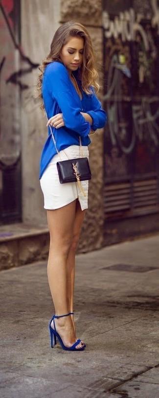 Opte pour un chemisier à manches longues bleu avec une minijupe blanche pour une tenue idéale le week-end. Une paire de des sandales à talons en cuir bleues ajoutera de l'élégance à un look simple.