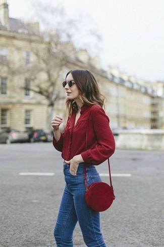 Comment porter: chemisier à manches longues bordeaux, jean bleu, sac bandoulière en cuir bordeaux, lunettes de soleil noires
