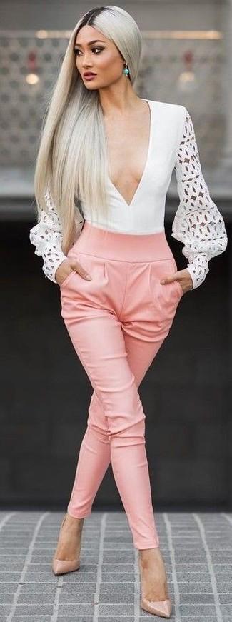 Comment porter: chemisier à manches longues découpé blanc, pantalon carotte rose, escarpins en cuir marron clair