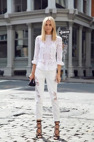 Comment porter: chemisier à manches longues en dentelle blanc, jean boyfriend déchiré blanc, sandales spartiates en cuir noires