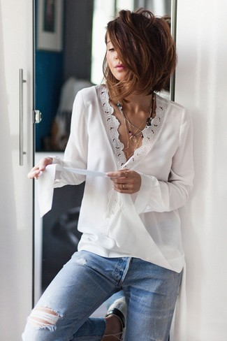 Comment porter: chemisier à manches longues en dentelle blanc, jean déchiré bleu clair, pendentif argenté