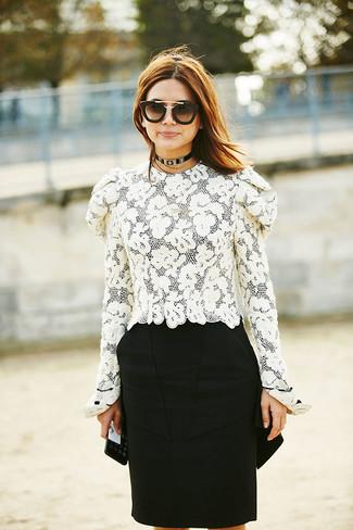 Comment porter des lunettes de soleil noir et doré: Essaie d'associer un chemisier à manches longues en dentelle blanc avec des lunettes de soleil noir et doré pour un look idéal le week-end.