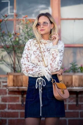 Comment porter: chemisier à manches longues en dentelle blanc, minijupe en denim bleu marine, sac bandoulière en cuir marron clair