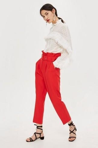 Comment porter: chemisier à manches longues en dentelle blanc, pantalon carotte rouge, sandales spartiates en daim noires