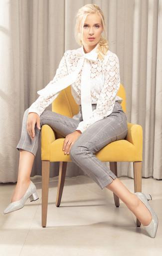 Comment porter un pantalon slim écossais gris: Associe un chemisier à manches longues en dentelle blanc avec un pantalon slim écossais gris pour achever un style chic et glamour. Une paire de des escarpins en cuir argentés est une option astucieux pour complèter cette tenue.