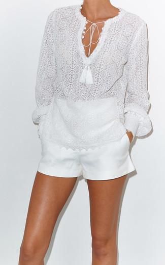 Comment porter un short blanc: Choisis un chemisier à manches longues en dentelle blanc et un short blanc pour un look de tous les jours facile à porter.
