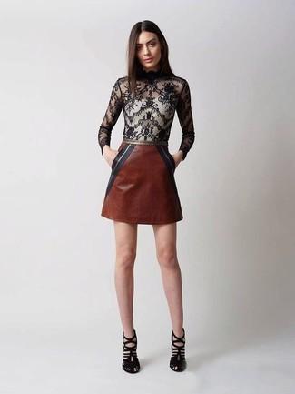 Comment porter: chemisier à manches longues en dentelle noir, minijupe en cuir marron, sandales à talons en daim noires