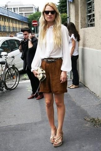 Comment porter: chemisier à manches longues en soie blanc, bermuda marron, sandales compensées en cuir beiges