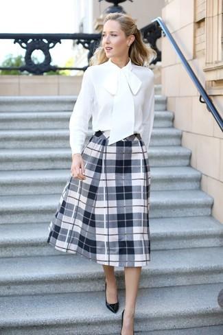 Comment porter un chemisier à manches longues en soie blanc: Pense à marier un chemisier à manches longues en soie blanc avec une jupe évasée écossaise blanche et noire pour achever un look chic. Cet ensemble est parfait avec une paire de des escarpins en cuir noirs.