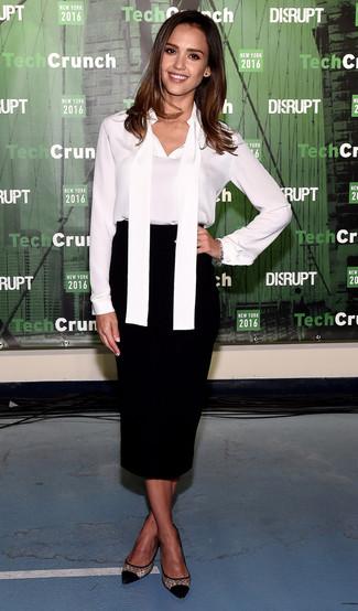 Tenue de Jessica Alba: Chemisier à manches longues en soie blanc, Jupe mi-longue noire, Escarpins en tulle noirs