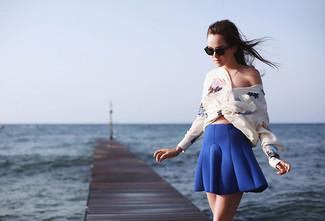 Comment porter: chemisier à manches longues en soie à fleurs blanc, jupe patineuse bleue, lunettes de soleil marron foncé