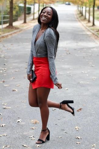 Comment porter: chemisier à manches longues gris, minijupe rouge, sandales à talons en daim noires