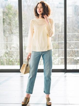Comment porter un jean boyfriend bleu clair en été: Essaie d'associer un chemisier à manches longues jaune avec un jean boyfriend bleu clair pour un look de tous les jours facile à porter. Cette tenue est parfait avec une paire de des sandales compensées en cuir olive. En bref, ce look d'été est une belle trouvaille.
