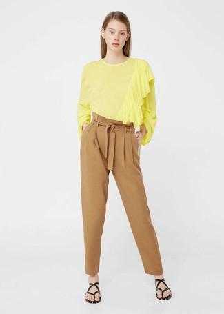 Comment porter: chemisier à manches longues jaune, pantalon carotte marron clair, tongs en cuir noires