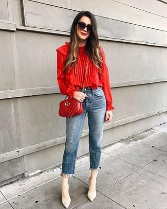 Comment porter: chemisier à manches longues à volants rouge, jean bleu, bottines élastiques beiges, sac bandoulière en cuir matelassé rouge