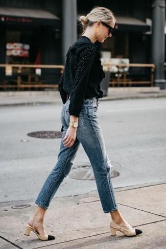 Comment porter: chemisier à manches longues en broderie anglaise noir, jean bleu, escarpins en cuir noir et marron clair, lunettes de soleil noires