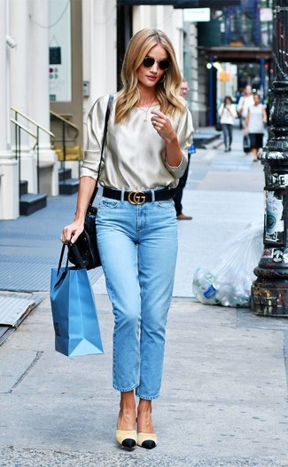Comment porter: chemisier à manches longues en soie beige, jean bleu clair, mules en toile beiges, cartable en cuir noir