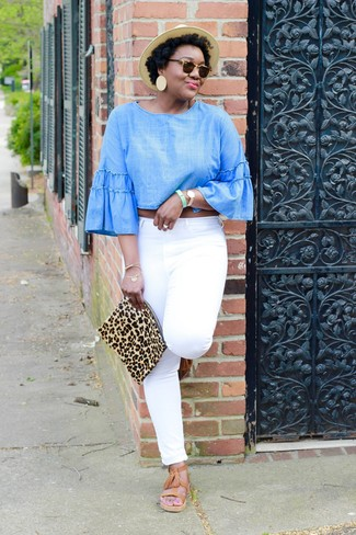 Comment porter: chemisier à manches longues en chambray bleu clair, jean blanc, sandales spartiates en cuir marron clair, pochette en daim imprimée léopard marron clair