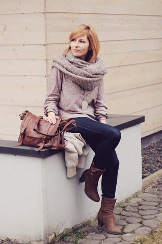 Comment porter: chemisier à manches longues rose, jean skinny bleu marine, bottines en nubuck marron, cartable en cuir marron