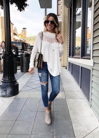 Comment porter: chemisier à manches longues en dentelle blanc, jean skinny déchiré bleu marine, bottines en daim grises, sac bandoulière en cuir marron