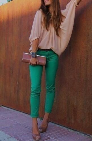 Comment porter: chemisier à manches longues beige, jean skinny vert, escarpins en cuir découpés marron, pochette en cuir marron