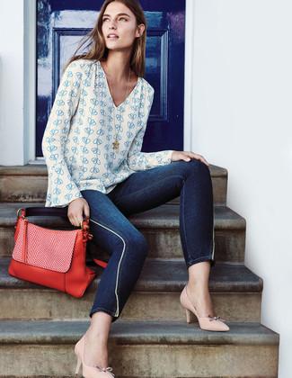 Comment porter: chemisier à manches longues imprimé blanc et bleu, jean skinny bleu marine, escarpins en cuir beiges, cartable en cuir rouge