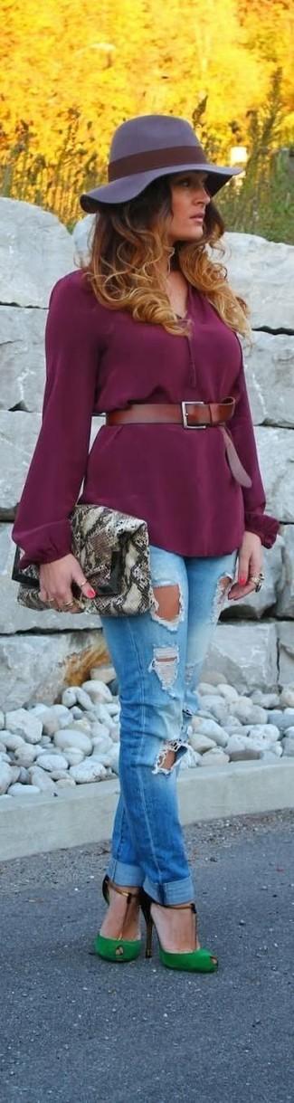 Comment porter: chemisier à manches longues pourpre, jean skinny déchiré bleu, escarpins en daim découpés verts, pochette en cuir imprimée serpent grise