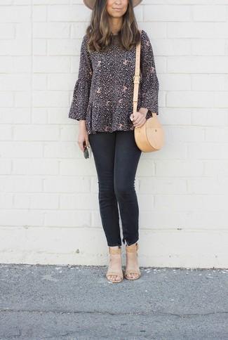 Comment porter: chemisier à manches longues imprimé noir, jean skinny noir, sandales à talons en cuir marron clair, sac bandoulière en cuir marron clair