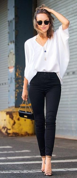 Associer un chemisier à manches longues blanc avec un jean skinny noir est une option confortable pour faire des courses en ville. Une paire de des sandales à talons en cuir brunes claires est une option génial pour complèter cette tenue.