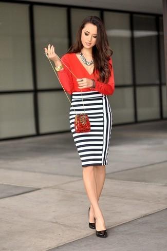 Comment porter une jupe crayon à rayures horizontales blanche et noire: Harmonise un chemisier à manches longues rouge avec une jupe crayon à rayures horizontales blanche et noire pour prendre un verre après le travail. Une paire de des escarpins en cuir noirs est une option judicieux pour complèter cette tenue.