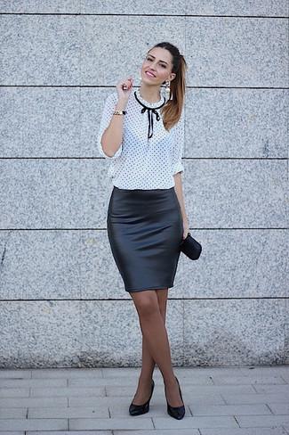 Comment porter: chemisier à manches longues á pois blanc et noir, jupe crayon en cuir noire, escarpins en cuir noirs, pochette en satin noire