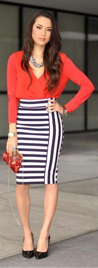 Opte pour un look sophistiqué avec un chemisier à manches longues rouge et une jupe crayon à rayures horizontales blanche et bleue marine. Cette tenue est parfait avec une paire de des escarpins en cuir noirs.