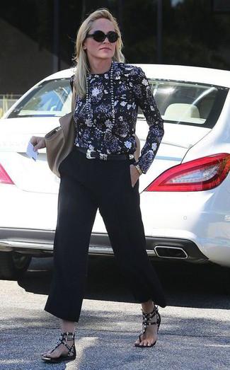 Comment porter: chemisier à manches longues à fleurs noir, jupe-culotte noire, sandales plates en cuir à clous noires, sac fourre-tout en cuir gris