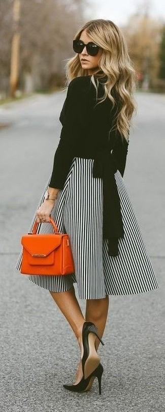 Comment porter: chemisier à manches longues noir, jupe évasée à rayures verticales blanche et noire, escarpins en cuir noirs, sac à main en cuir orange